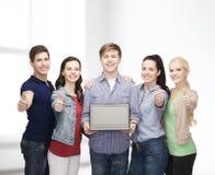 Estudiantes sonrientes con el ordenador portátil Fotografía de archivo