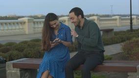 Estudiantes sonrientes con la tableta al aire libre almacen de metraje de vídeo