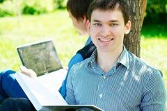 Estudiantes sonrientes en el parque Imagen de archivo