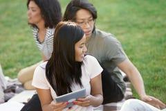 Estudiantes sonrientes que estudian al aire libre Mirada a un lado Imagenes de archivo