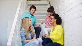 Estudiantes sonrientes que hacen la sentada del gesto del alto cinco almacen de video
