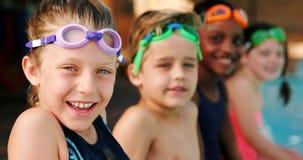 Estudiantes sonrientes que llevan gafas de la natación metrajes