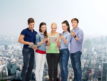 Estudiantes sonrientes que usan smartphones y la PC de la tableta Fotografía de archivo