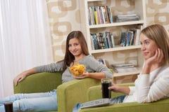 Estudiantes - televisión de observación del adolescente de dos hembras Fotografía de archivo libre de regalías