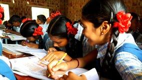 Estudiantes tribales en una escuela en la India Imagenes de archivo