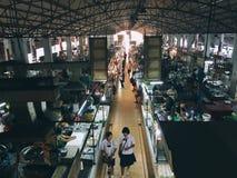 Estudiantes uniformes en el mercado Fotografía de archivo libre de regalías