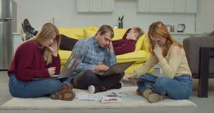 Estudiantes universitarios agotados que se preparan para los exámenes almacen de video