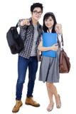 Estudiantes universitarios atractivos que señalan en la cámara Imágenes de archivo libres de regalías
