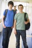 Estudiantes universitarios de sexo masculino que se colocan en universidad Fotografía de archivo libre de regalías