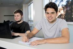 Estudiantes universitarios del adolescente que trabajan en sala de clase de la escuela con la Fotos de archivo libres de regalías