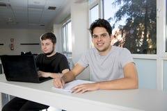 Estudiantes universitarios del adolescente que trabajan en sala de clase de la escuela con la Fotografía de archivo libre de regalías