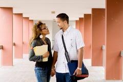 Estudiantes universitarios en amor Foto de archivo