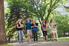 Estudiantes universitarios en campus Fotografía de archivo