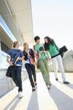 Estudiantes universitarios en campus Imagenes de archivo