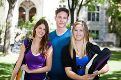 Estudiantes universitarios en campus Foto de archivo
