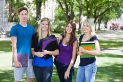 Estudiantes universitarios en campus Fotos de archivo libres de regalías