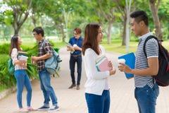 Estudiantes universitarios en campus Fotos de archivo