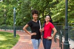 2 estudiantes universitarios en campus Fotografía de archivo libre de regalías