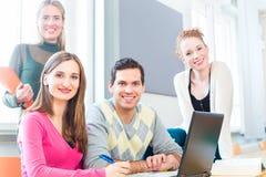 Estudiantes universitarios en el aprendizaje del trabajo en equipo Fotografía de archivo libre de regalías