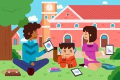 Estudiantes universitarios en el campus con PC de la tableta Imágenes de archivo libres de regalías