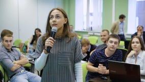 Estudiantes universitarios en el seminario El estudiante joven en el laboratorio dice el informe para sus estudiantes compañeros metrajes