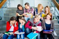 Estudiantes universitarios en las escaleras Fotografía de archivo