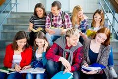 Estudiantes universitarios en las escaleras Fotos de archivo libres de regalías