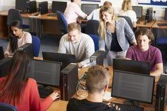 Estudiantes universitarios en los ordenadores en clase de la tecnología Fotografía de archivo