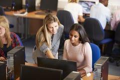 Estudiantes universitarios en los ordenadores en clase de la tecnología imagen de archivo