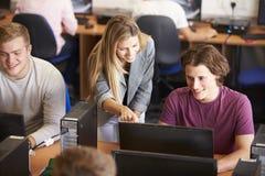 Estudiantes universitarios en los ordenadores en clase de la tecnología Imagenes de archivo