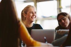 Estudiantes universitarios en sala de clase después de la conferencia imágenes de archivo libres de regalías