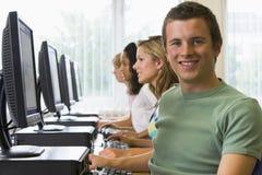 Estudiantes universitarios en un laboratorio del ordenador Fotografía de archivo
