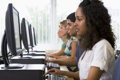 Estudiantes universitarios en un laboratorio del ordenador Imagen de archivo libre de regalías