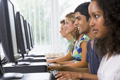 Estudiantes universitarios en un laboratorio del ordenador Imagenes de archivo
