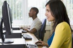 Estudiantes universitarios en un laboratorio del ordenador Fotos de archivo
