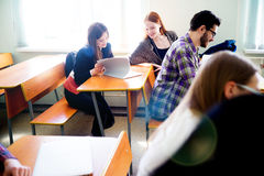 Estudiantes universitarios en una conferencia Imagenes de archivo