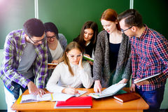 Estudiantes universitarios en una conferencia Imágenes de archivo libres de regalías