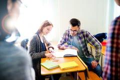 Estudiantes universitarios en una conferencia Imagen de archivo libre de regalías