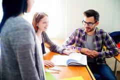 Estudiantes universitarios en una conferencia Foto de archivo libre de regalías