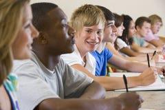 Estudiantes universitarios en una conferencia de la universidad foto de archivo