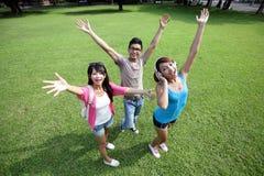 Estudiantes universitarios felices despreocupados Foto de archivo libre de regalías