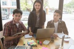 estudiantes universitarios jovenes que estudian con el ordenador y la tableta en c Foto de archivo
