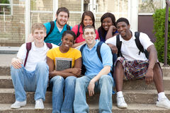 Estudiantes universitarios multiculturales afuera en campus Fotos de archivo libres de regalías
