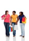 Estudiantes universitarios multiculturales, el hacer compras de las muchachas fotografía de archivo libre de regalías