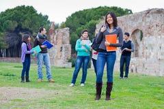 Estudiantes universitarios multiculturales en el parque Imagen de archivo libre de regalías