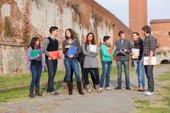 Estudiantes universitarios multiculturales en el parque Fotos de archivo