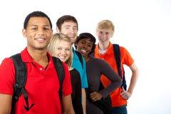 Estudiantes universitarios multirraciales en blanco Foto de archivo libre de regalías