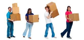 Estudiantes universitarios o amigos que mueven las cajas Foto de archivo