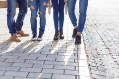 Estudiantes universitarios que cuelgan hacia fuera en campus Imagen de archivo