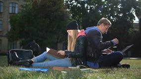 Estudiantes universitarios que estudian cerca de campus metrajes